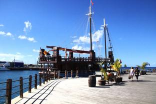 Cerca de Chamberlain Bridge un barco antiguos convertido en bar