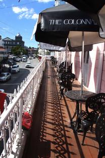 La balconada columnada