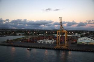 Un cuarto de hora después en el puerto es casi de noche y encienden las luces