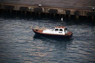 Ya hemos salido del puerto y el práctico se aleja en su barquita