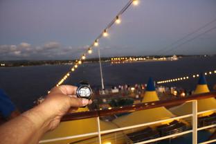 A las 18:08 ya es de noche y en Bridgetown se han encendido las luces.