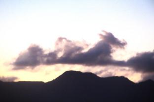 No sé muy bien si esta nube me recue4rda a un caballo o a un galgo corredor, pero en cualquier caso es sorprendente como salta sobre las montañas de la isla.