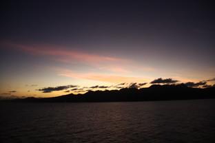Por fin los rayos del Sol tiñen de rojos las nubes bajas. Está a punto de amanecer.