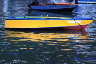 Una barquita meciéndose en las aguas del puerto