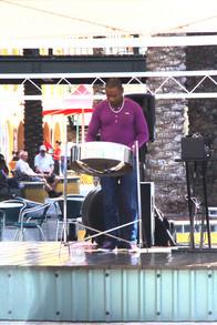Músico tocando el tambor de acero