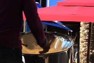Músico tocando el tambor de acero, que es una invención del Caribe.