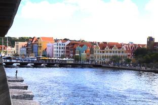 Para cruzar al centro de la ciudad hay que pasar por este puente flotante.