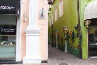 """Una calle en la que han """"pintado"""" cuadros de flores en relieve"""