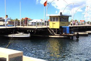 Puente flotante abriéndose para dejar paso a una embarcación
