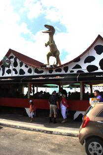 Uno de los puestos tienen un dinosaurio en el techo