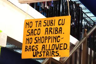 Letrero en una tienda, de nombre Linda. Vean qué interesante es el papiamento, ¿a qué entiende lo que dice?