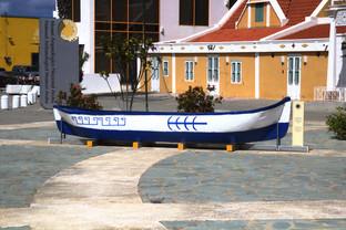 Barca de nativos americanos en la plaza del Museo