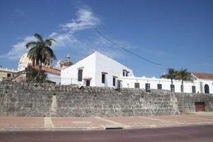 Al ldo mismo de las murallas, con cañones, están las casa habitadas