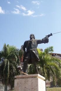 A la entrada del castillo está la estatua de Blas de Lezo. Observen que no tiene ni pierna, ni brazo ni ojo