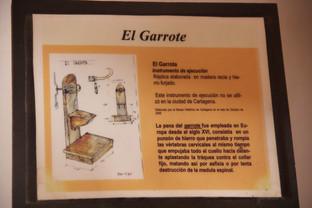 El garrote. Recuerden que todavía se usaba en la España de Franco.