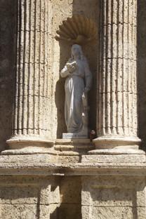 Al lado de la puerta de la catedral hay varias estatuas esta muestra la de Catalina de Alexandria