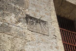 A un ldo de la catedral está este reloj de Sol que en ese momento estaba dando la hora bastante correctamente