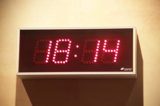 A las 18:24 ya es de noche