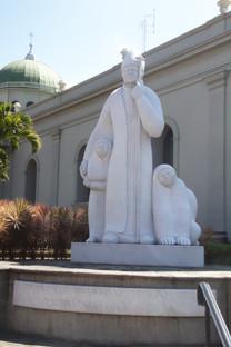 Estatua del papa en la catedral