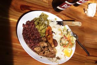 Plato típico: arroz, frijoles, cerdo guisado y ensalada