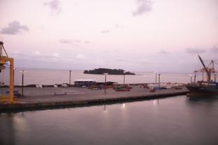 Son las 18:00 el puerto enciende sus luces.