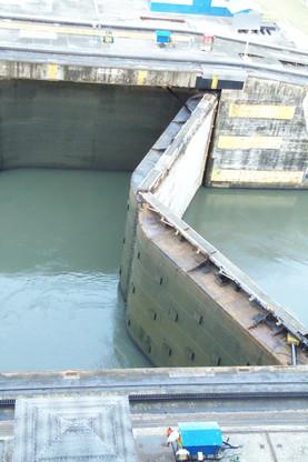 Una esclusa cerrándose