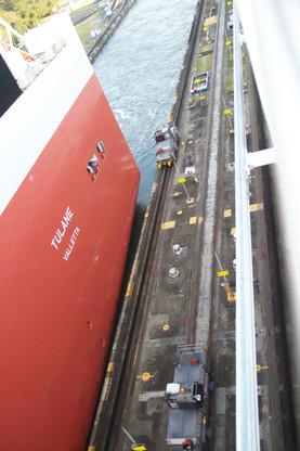 Observe lo cerca que está del borde el barco que está a nuestro lado. Parece mentira que no choqué.