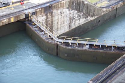 Puerta de esclusa cerrada, llenado agua. Ya casi al final