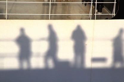 Nuestra sombra en el barco que teníamos al lado
