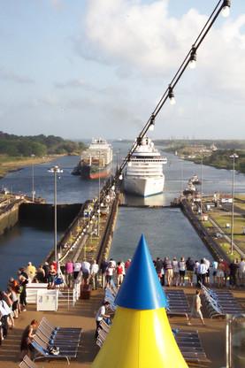 Al fondo el Atlántico. Dos barcos entrando en las esclusas e Gatún