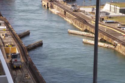 Puerts de esclusas abriéndose para dejarnos salir al lago Gatún