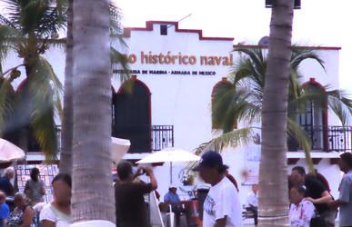 Al lado de los arcos está el museo naval