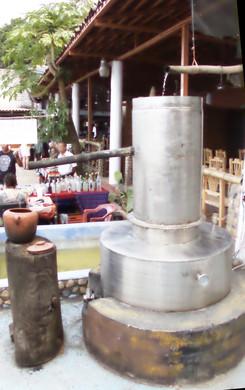 Moderno destilador. Por el largo tubo sale el alcohol que ce en la vasija de barro. La primera vasija que sale no se puede beber pues tiene un alto contenido de alcohol metílico que es venenoso