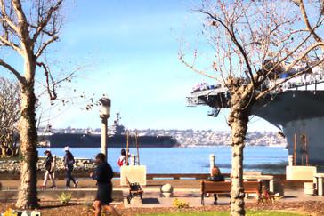 A la derecha se ve la proa del famoso portaviones USS Midway que participó en la Segunda Guerra Mundial y en la Guerra del Golfo. Hoy es un museo visitable.