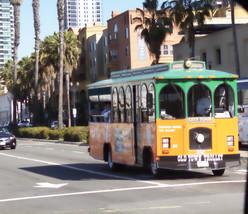 Por la ciudad circulan estos pseudotranvias que imitan a los antiguos tranvias, pero que en realidad son autobuses