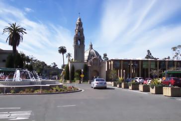 Al fondo lo que parece una iglesia con torre y cúpula es el museo del hombre