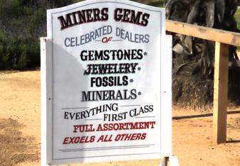 hay una excelente tienda donde venden piedras semiprecisoas y fósiles como trilobites o ammonites