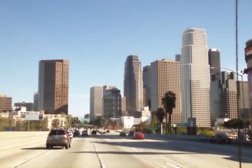 A la derecha el centro urbano de Los Ángeles. Esta imagen puede llegar a engaño, pues nos hace pensar que Los Ángeles es una ciudad llena de rascacileos y no es así. Los rascacielos están tan solo en el centro y la ciudad es muy desparramada.
