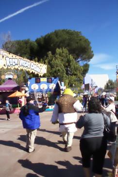 Por el parque se pasean personajes de las películas de Universal como el monstruo de Frankestein, Marilyn Monroe o --en este caso-- Shrek.
