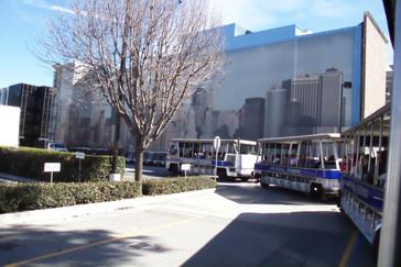 Nuestro autobús frente a un paisaje que representa una gran ciudad con rascacielos