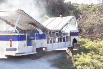 Autobús ardiendo. Ni que decir tiene que el humo lo pusieron para nosotros.