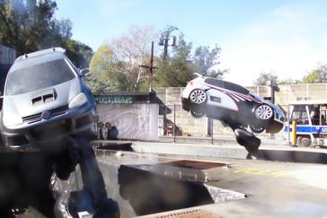 Los coches bailan para nosotros y nos saludan. Tengo las imágenes en video, cuando pueda las pondré.