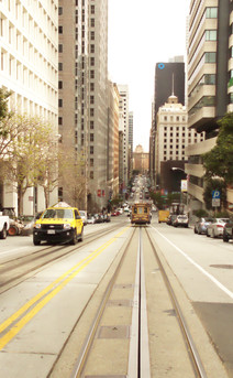 El tranvía cable. Realmente funciona como un teleférico, lo único que el cable de arrastre va bajo tierra. Hay dos vagones que se mueven al unísino: cunado uno sube, el otro baja y viceversa.