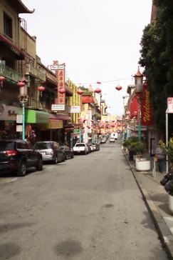 Vista de una calle de Chinatown. Está adornada para celebrar el año nuevo chino (año de la serpiente)