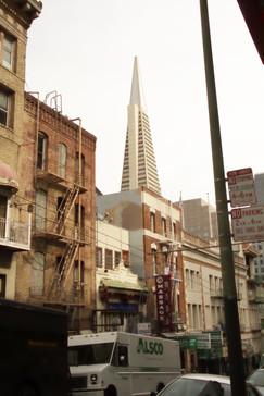 El edificio tan representativo de San Francisco como es la Pirámide Transamérica vista desde Chinatown