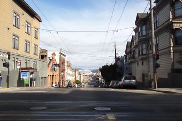 Imagen típica de bSan Francisco con sus calles empinadas y con los cables del trolebús.
