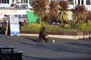 Nada más salir, en la calle, vemos una mujer que está haciendo collares.