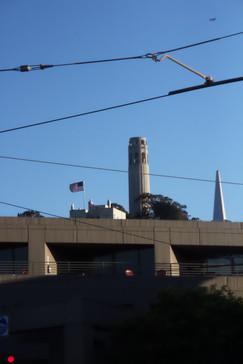 Desde el autobús vemos la famosa COIT tower, que está en la colina del telégrafo y desde la que se puede ver una bonita panorámica de la ciudad. El nombre se debe al apellido de la persona que pagó la construcción.