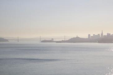 El puente de la Bahía (el otro puente que une los dos lados) y la ciudad se ven entre la bruma