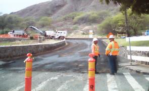 Obreros trabajando en la carretera que lleva a Diamon Head